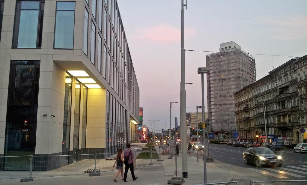 Nobilis Business House (ul. Skłodowskiej-Curie) - 0 drzew. Jest tylko trawnik bezsensownie rozdzielający dwie części chodnika